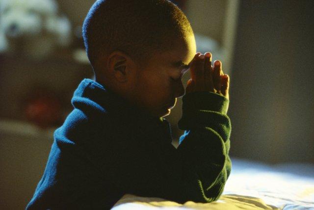 niño-orando