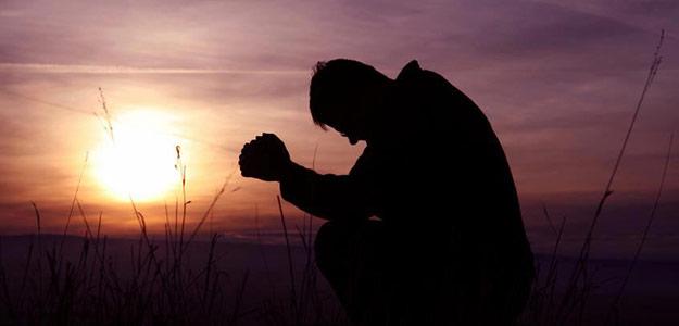 orando-rodillas